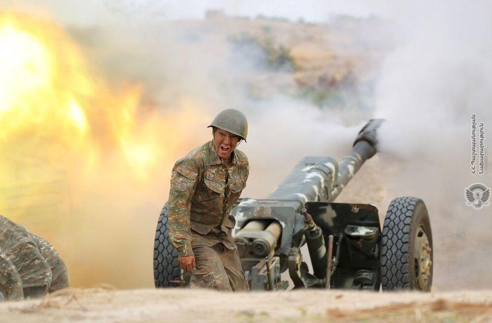 Soldado armênio dispara peça de artilharia contra forças do Azerbaijão