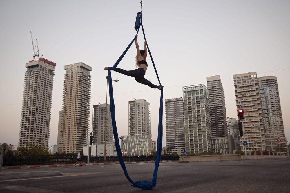 Acrobata israelense realiza performance em Tel Aviv, Israel, durante festividades do Yom Kippur