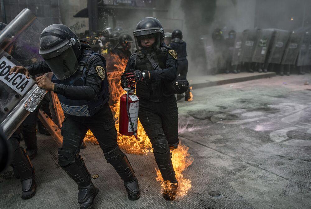 Embate entre policiais e manifestantes pelo direito ao aborto na capital mexicana