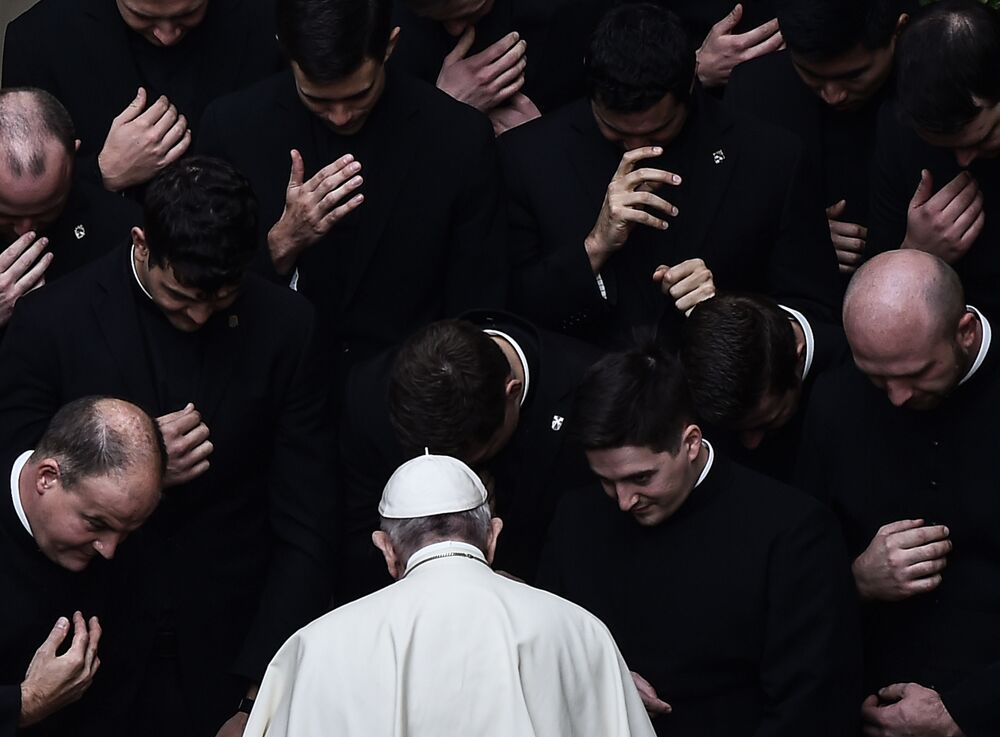 Papa Francisco com padres no final de uma audiência pública no Vaticano