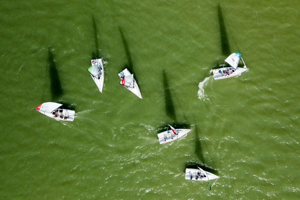 Competição de veleiros de corrida no lago Abrau, no sul da Rússia
