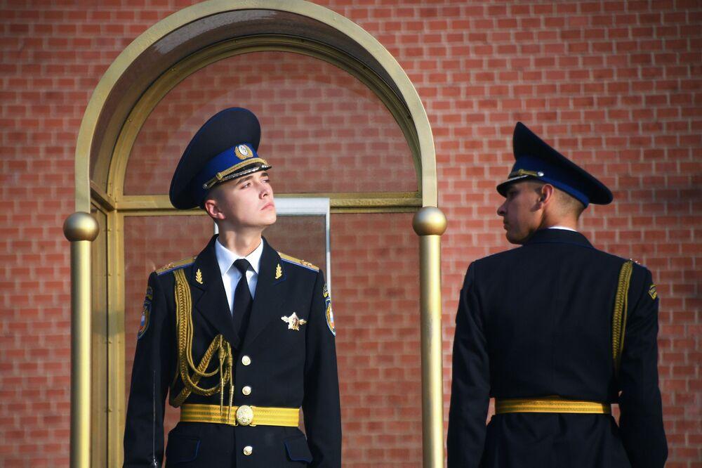 Soldados russos diante do monumento ao Soldado Desconhecido em Moscou