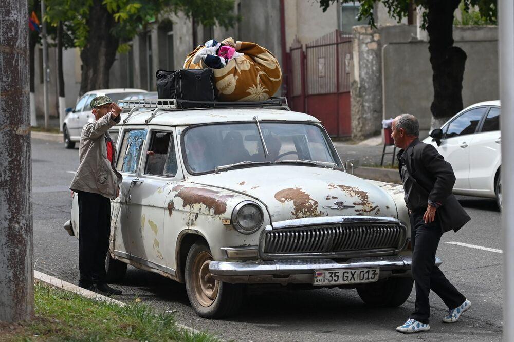 Habitantes de Stepanakert, capital da autoproclamada república de Nagorno-Karabakh, se preparam para deixar a cidade de carro