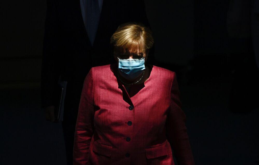 Chanceler da Alemanha, Angela Merkel, fotografada usando máscara para se proteger da COVID-19