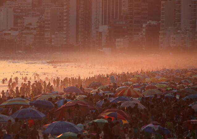 Aglomerações na praia de Ipanema no Rio na época de calor extremo na região, 2 de outubro de 2020.