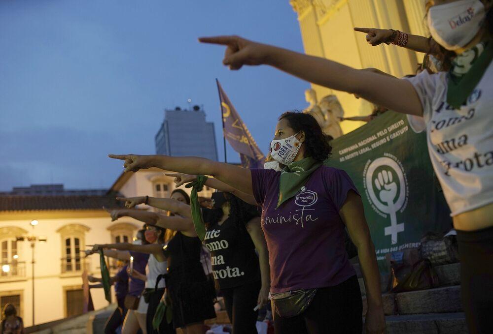 Manifestantes a favor da legalização do aborto durante protestos no Dia de Luta pela Descriminalização do Aborto na América Latina e Caribe, Rio de Janeiro, 28 de setembro de 2020