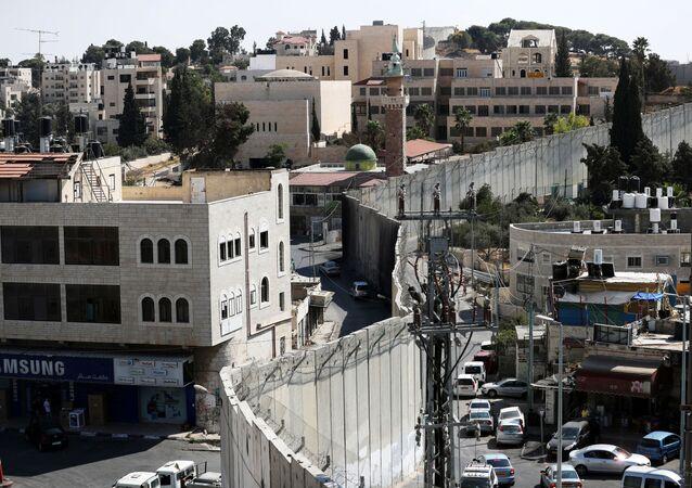 Barreira israelense que separa a cidade palestina de Abu Dis, localizada na Cisjordânia ocupada por Israel, e o bairro de Jerusalém Oriental de Ras al-Amud, 23 de setembro de 2020