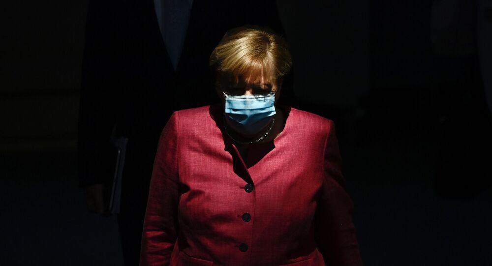 Em Berlim, a chanceler alemã Angela Merkel usa máscara na entrada de uma sessão do Bundestag, em 30 de setembro de 2020