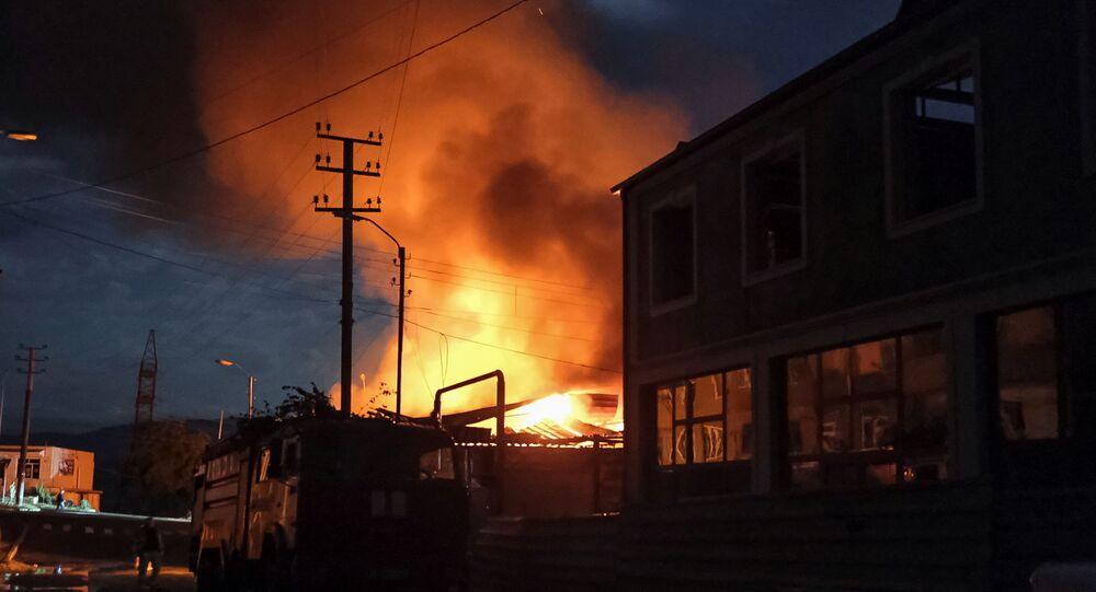 Loja em chamas após o recente bombardeio. Stepanakert, Nagorno-Karabakh, 3 de outubro de 2020