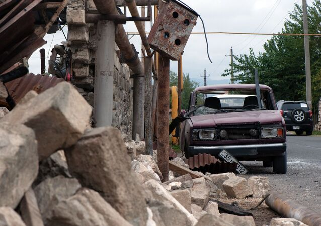 Casa e carro destruídos na sequência de bombardeamento de uma povoação em Nagorno-Karabakh