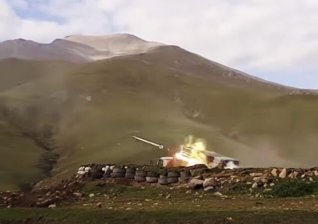 Disparo de artilha na região contestada de Nagorno-Karabakh (foto de arquivo)