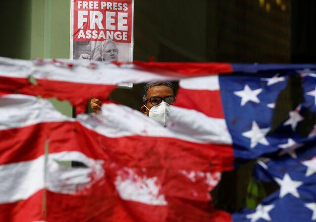 Apoiador de Julian Assange, fundador do WikiLeaks, protesta em frente ao Old Bailey, o Tribunal Criminal Central de Londres, antes de uma audiência para decidir se Assange deve ser extraditado para os EUA, em Londres, Reino Unido, 9 de setembro de 2020