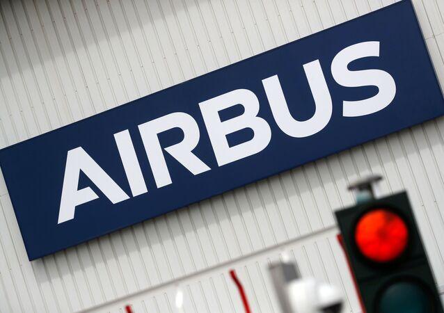 Logotipo da Airbus na entrada das instalações da Airbus em Bouguenais, perto de Nantes, França, 2 de julho de 2020