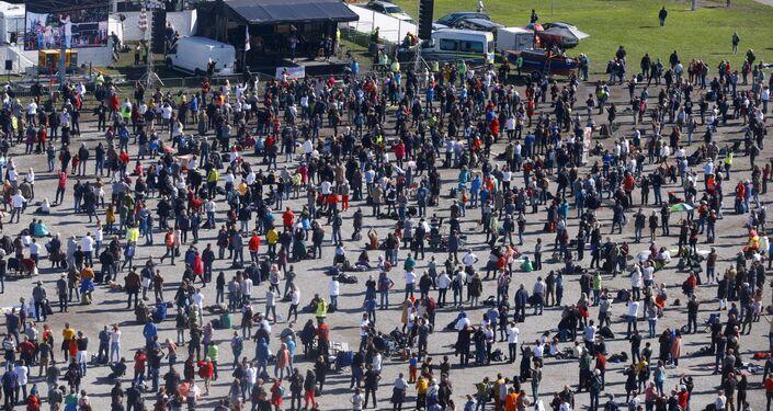 Em Konstanz, na Alemanha, manifestantes protestam contra as restrições sociais impostas pelo governo em meio à pandemia da COVID-19, em 4 de outubro de 2020