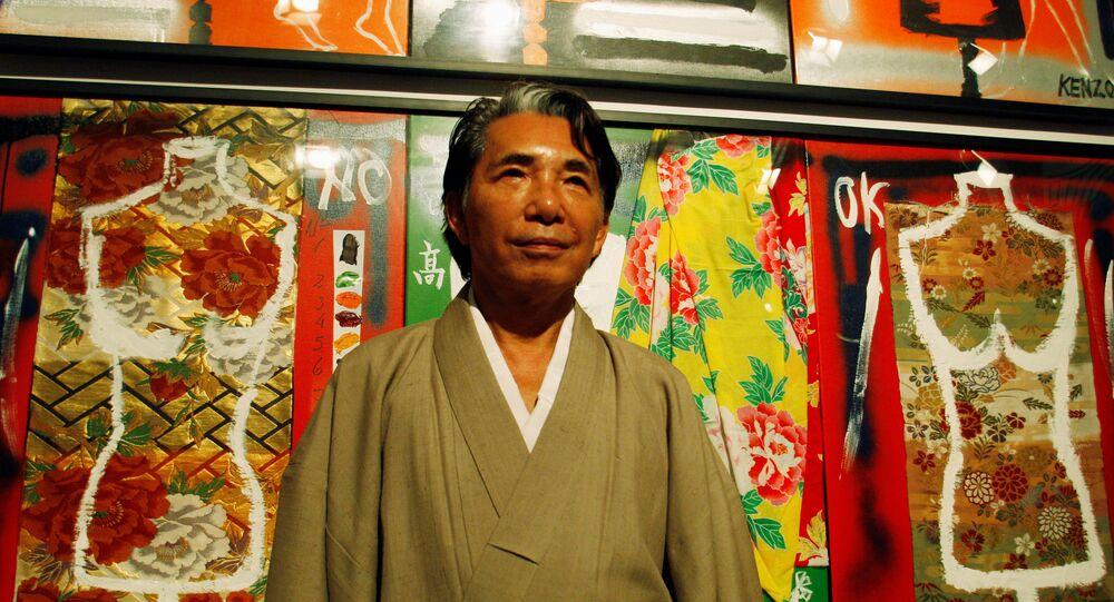 Em Buenos Aires, na Argentina, o estilista japonês, Kenzo Takada, posa para a imprensa em frente às suas obras em uma galeria de arte, em 7 de abril de 2009
