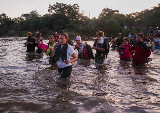 Migrantes cruzando o rio Suchiate, na fronteira entre a Guatemala e o México (arquivo)