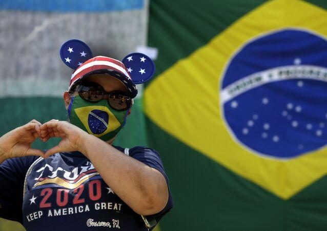 Brasileira realiza ato em apoio ao presidente e candidato à reeleição nos EUA, Donald Trump, na frente da Embaixada dos EUA em Brasília, 4 de outubro de 2020