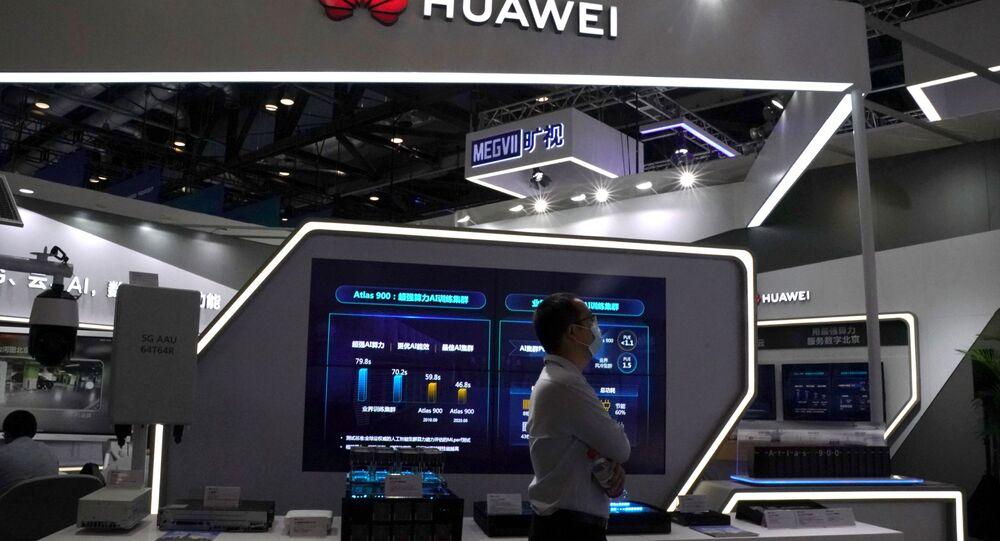 Homem usando máscara facial durante a pandemia do coronavírus passa por um estande da Huawei na Feira Internacional de Comércio em Serviços da China 2020 (CIFTIS, na sigla em inglês) em Pequim, China, 4 de setembro de 2020