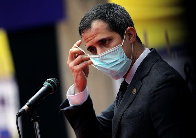 Líder da oposição venezuelana Juan Guaidó remove máscara ao participar de reunião com funcionários da saúde, em meio à pandemia do novo coronavírus, em Caracas, Venezuela, 10 de setembro de 2020
