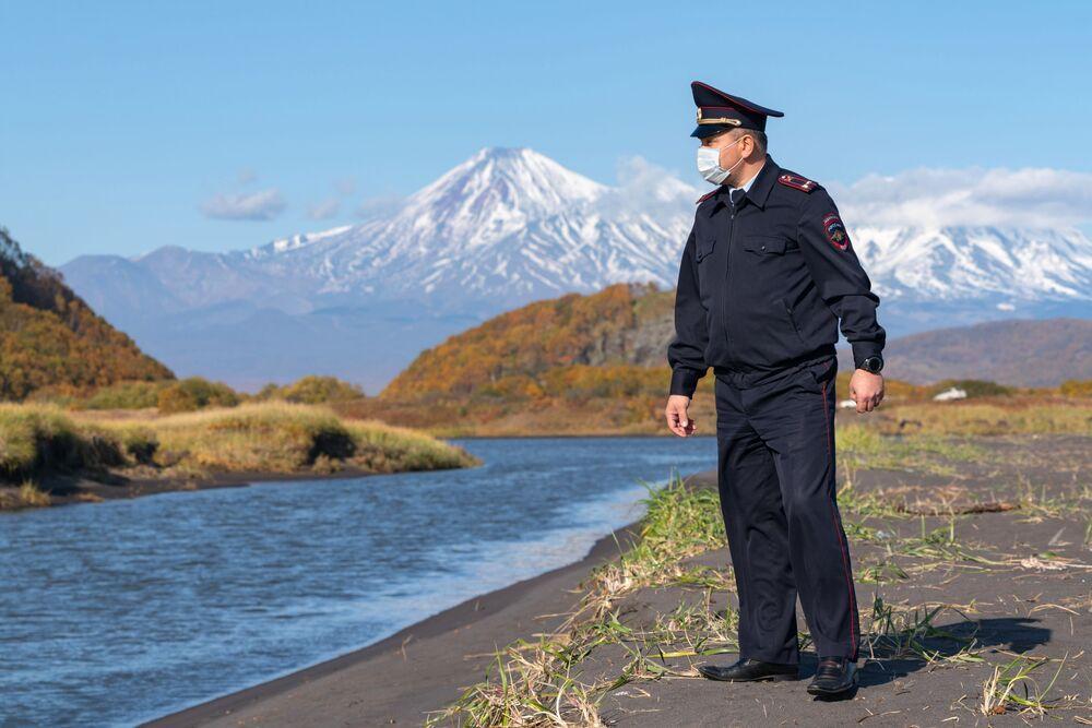 Funcionário da polícia de Kamchatka visita praia durante coleta de amostras