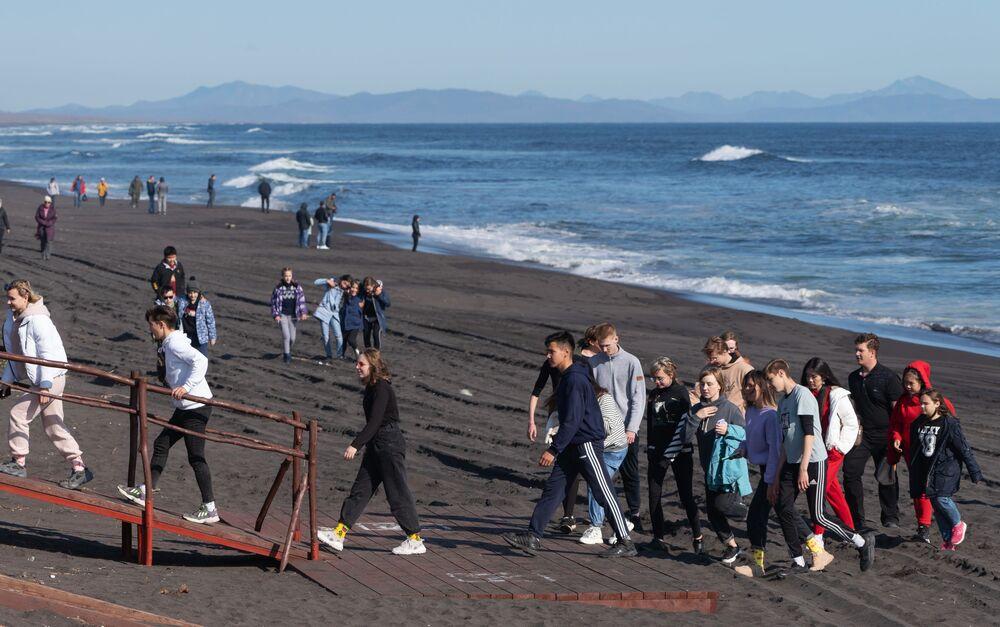 Pessoas caminham em praia de Kamchatka, no Extremo Oriente russo