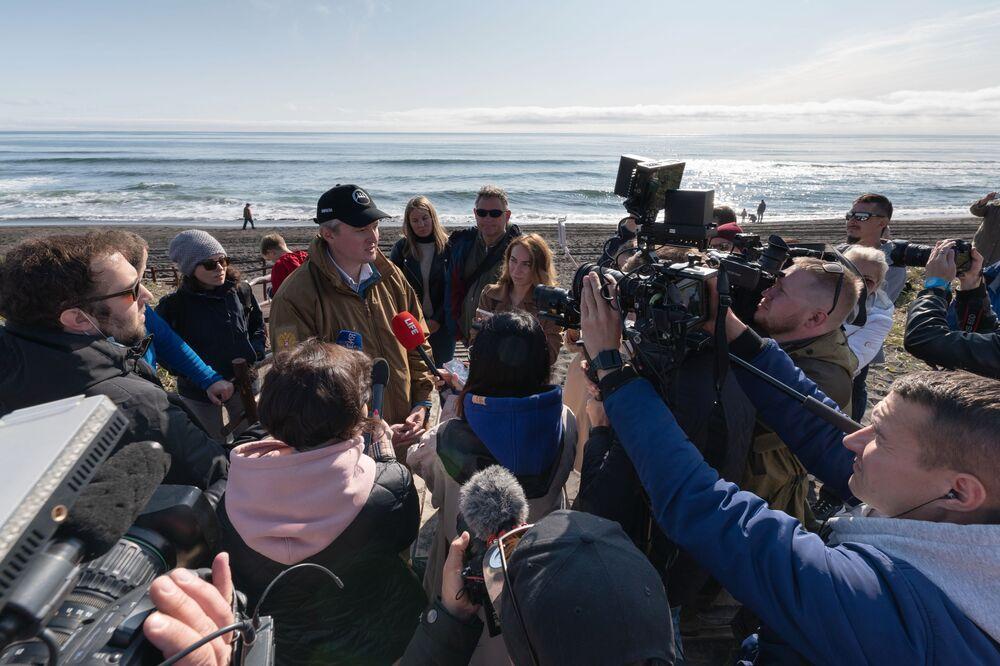 Jornalistas entrevistam o governador da região de Kamchatka, Vladimir Solodov, sobre incidente ecológico