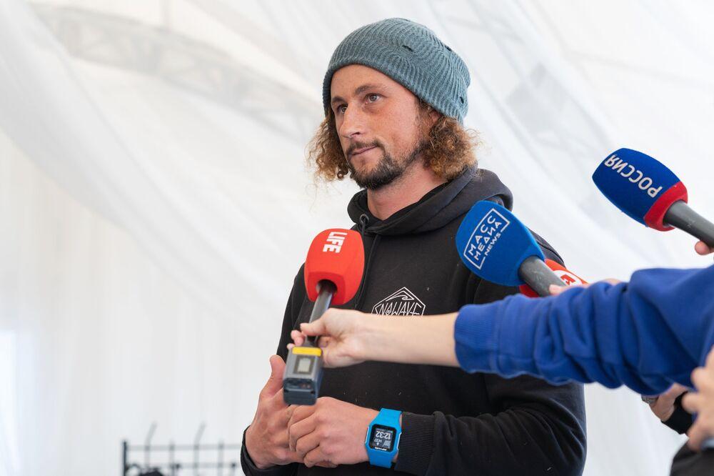 Fundador da escola de surfe Snowave, Anton Morozov, durante entrevistas em praia da região russa de Kamchatka