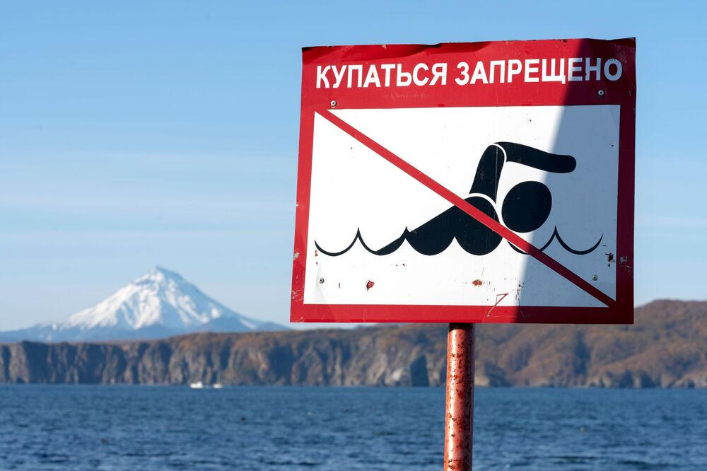 Placa sinaliza que praia de Kamchatka, no Extremo Oriente russo, não pode ser usada para nadar