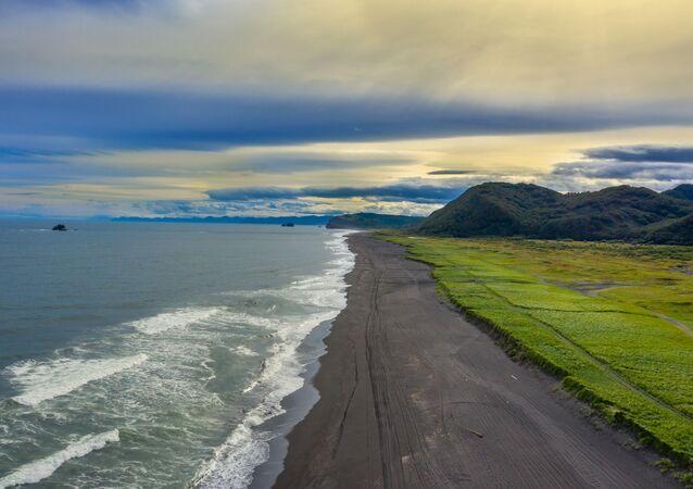 Praia de Khalaktyr na península de Kamchatka