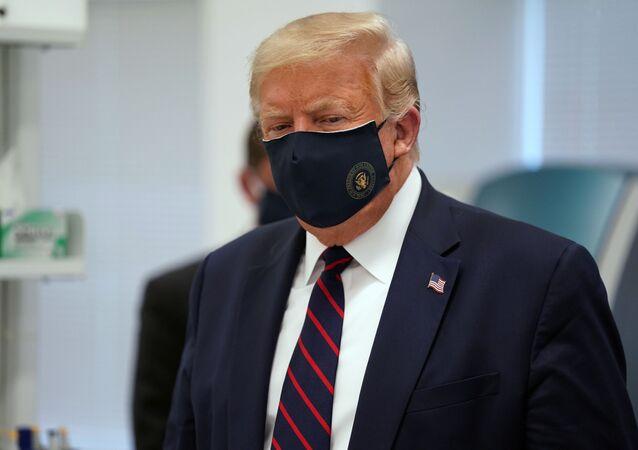 Em Morrisville, nos EUA, o presidente norte-americano Donald Trump, usa máscara durante visita ao Centro de Inovação e Bioprocessamento na empresa Fujifilm Diosynth Biotecnologia, em 27 de julho de 2020