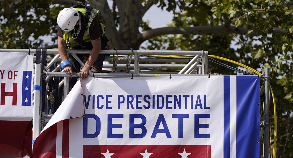 Em Salt Lake City, nos Estados Unidos, um trabalhador pendura um banner,  em 5 de outubro de 2020. durante a preparação para o debate entre os candidatos à vice-presidência dos EUA, a democrata Kamala Harris e o republicano Mike Pence