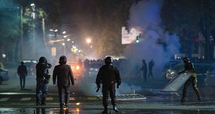 Em Bishkek, capital do Quirguistão, policiais enfrentam manifestantes contrários aos resultados das eleições parlamentares no país, em 5 de outubro de 2020