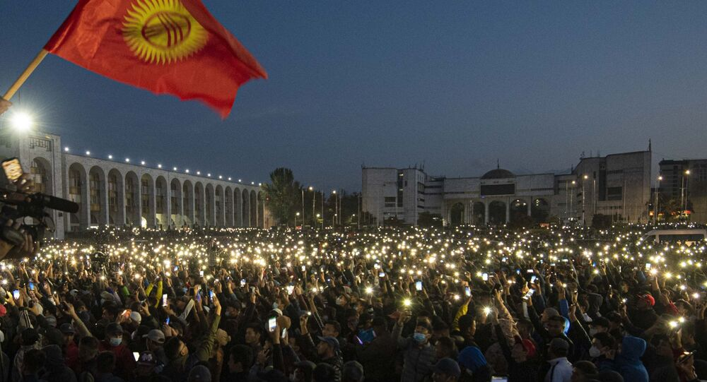 Em Bishkek, capital do Quirguistão, milhares de manifestantes protestam contra os resultados das eleições parlamentares no país, em 5 de outubro de 2020