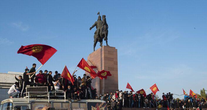 Em Bishkek, capital do Quirguistão, manifestantes balançam bandeiras do país durante protesto contra os resultados das eleições parlamentares no país, em 5 de outubro de 2020