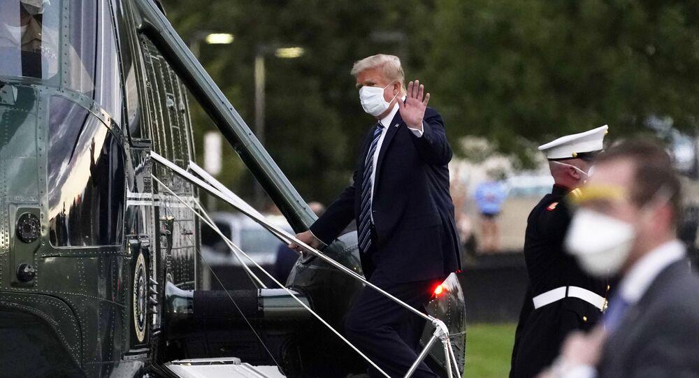 Em Bethesda, nos EUA, após internação por COVID-19, o presidente norte-americano, Donald Trump, deixa o Centro Médico Militar Nacional Walter Reed em direção à Casa Branca, em 5 de outubro
