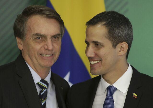 Em Brasília, o presidente brasileiro Jair Bolsoanro (à esquerda) recebe o líder da oposição venezuelana e autoproclamado presidente interino, Juan Guaidó (à direita), em 28 de fevereiro de 2019