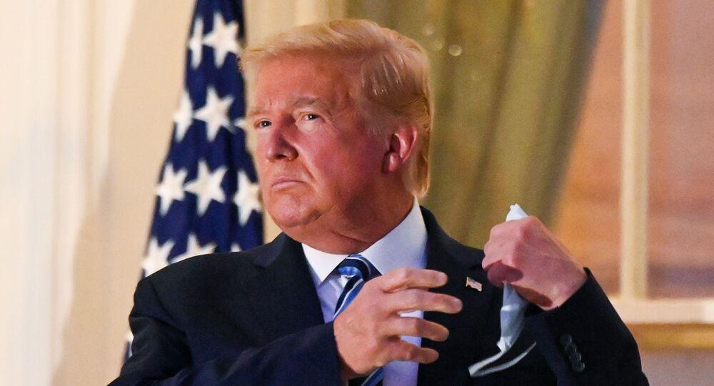 Presidente dos EUA, Donald Trump tira máscara protetora após chegar à Casa Branca, Washington, Estados Unidos, 5 de outubro de 2020