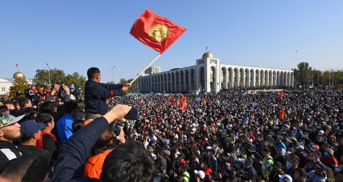 Manifestantes em Bishkek, capital do Quirguistão, exigem a anulação dos resultados das eleições parlamentares