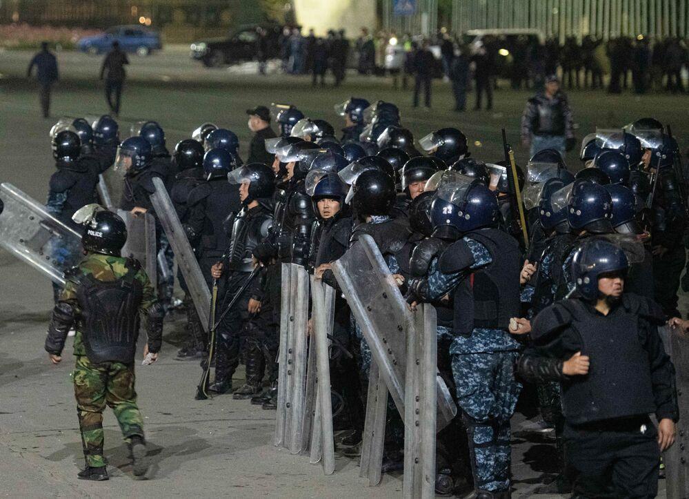 Agentes da polícia durante manifestação em Bishkek