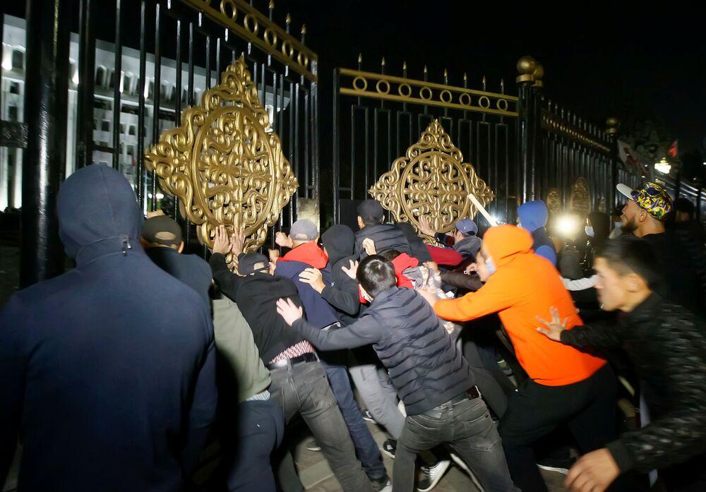 Manifestantes tentam invadir a sede do governo em Bishkek durante protestos contra os resultados das eleições parlamentares