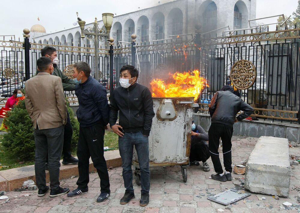 Pessoas protestam contra os resultados das eleições parlamentares em frente à sede do governo