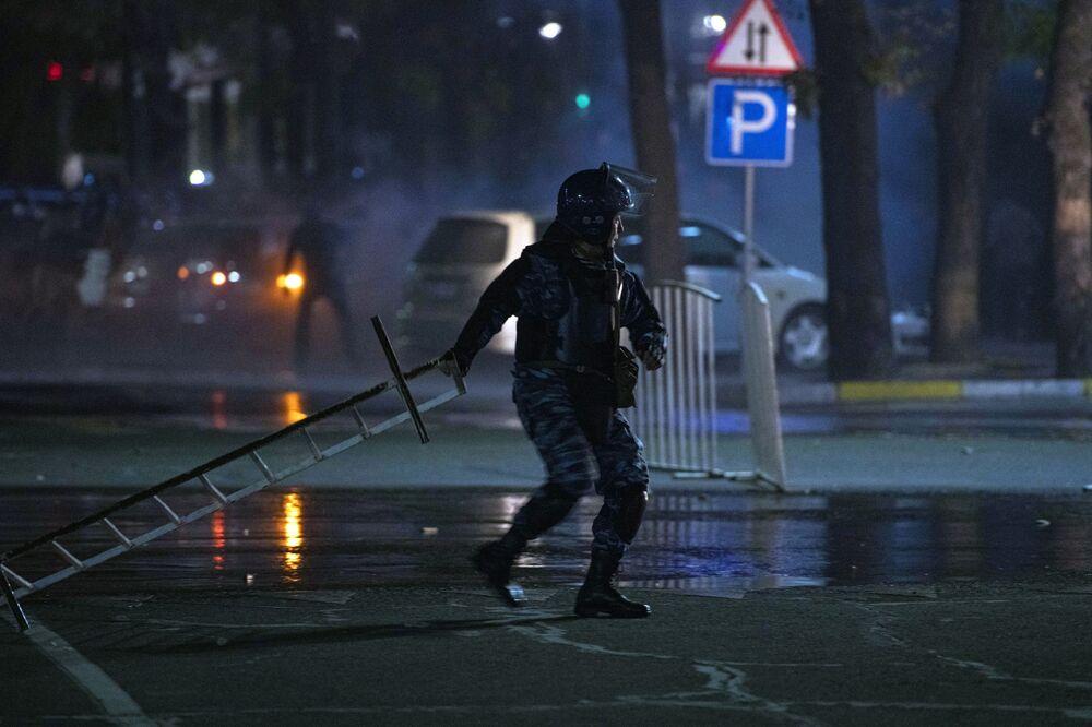 Agente da polícia durante protestos em Bishkek