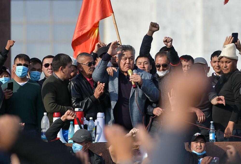 Líder do partido Quirguistão Soberano, Bektur Asanov, durante protesto em Bishkek