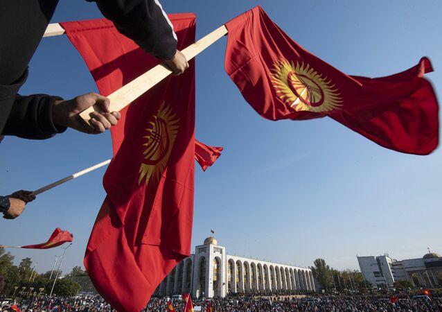 Manifestantes saem às ruas para protestar contra os resultados das eleições parlamentares em Bishkek, Quirguistão.
