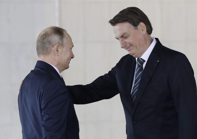 Jair Bolsonaro e Vladimir Putin se encontram durante a cúpula do BRICS, em Brasília.