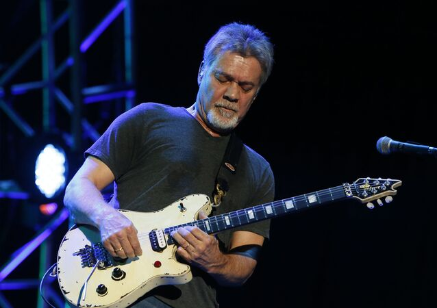 Guitarrista Eddie Van Halen durante apresentação em 28 de setembro, 2015, nos EUA.