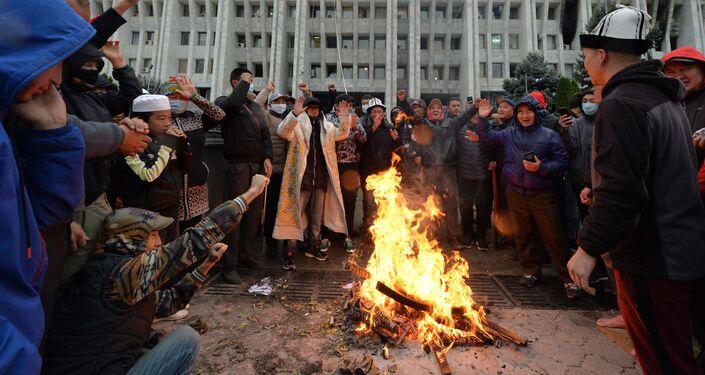 Manifestantes contestam resultados de eleições parlamentares em Bishkek, Quirguistão, 6 de outubro de 2020