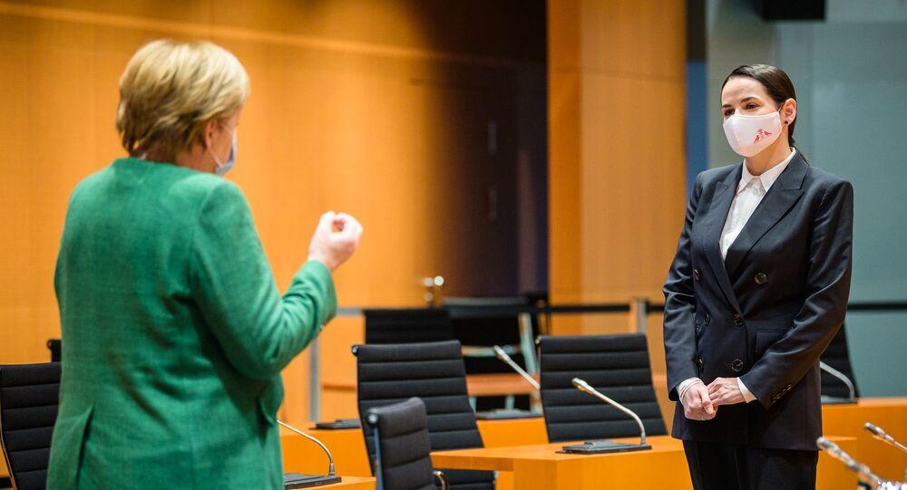 Opositora bielorrussa Svetlana Tikhanovskaya em encontro com a chanceler alemã Angela Merkel em 6 de outubro de 2020