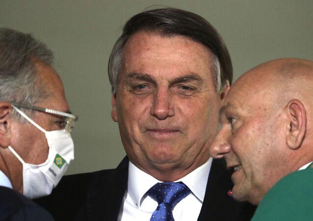 Presidente Jair Bolsonaro (centro) conversa com o empresário Luciano Hang (à direita) e com o ministro da Economia, Paulo Guedes (à esquerda), no Palácio do Planalto, Brasília, 7 de outubro de 2020