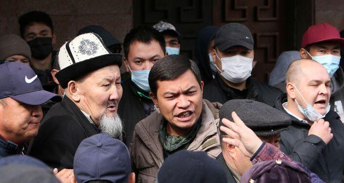 Manifestantes debatem em frente à sede do governo do Quirguistão, na capital Bishkek, 8 de outubro de 2020
